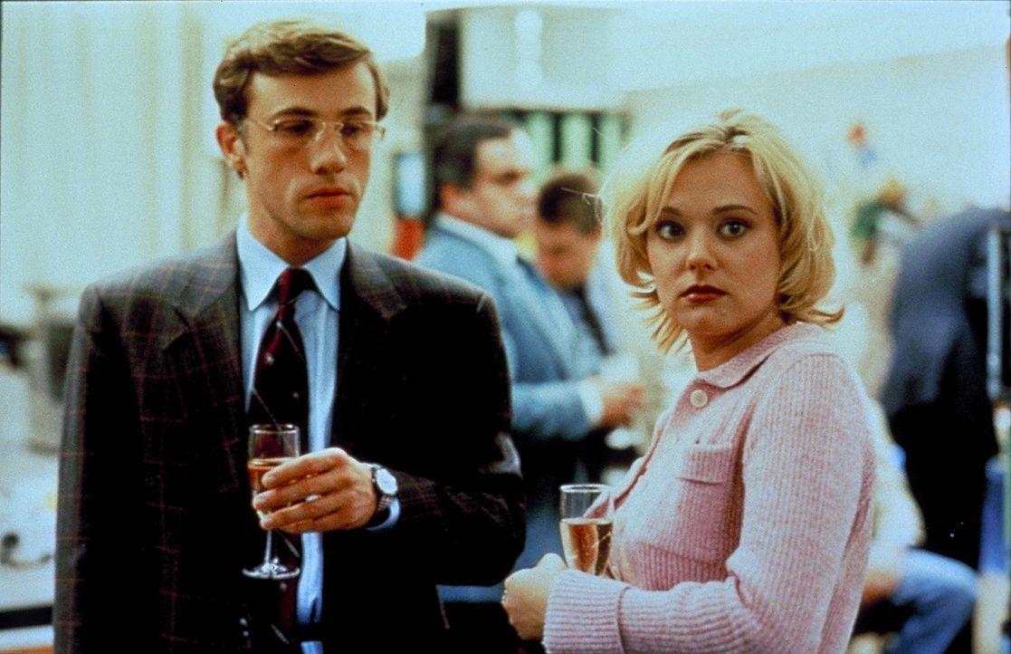 Birgit Arndt (Eva Hassmann, r.) hat großes Interesse an ihrem Kollegen Stephan Gröner (Christoph Waltz, l.). Als sie zufällig von seinen Urlaubsp... - Bildquelle: ProSieben