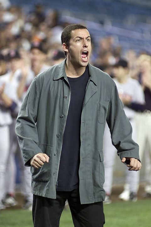Um seine geliebte Linda wieder zurück zu bekommen, macht ihr David (Adam Sandler) im Baseballstadium der New York Yankees eine Liebeserklärung ... - Bildquelle: 2003 Sony Pictures Television International. All Rights Reserved.
