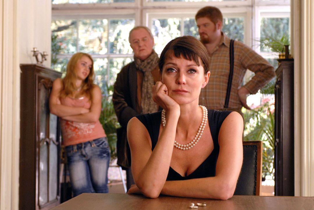 In der verfallenen Villa Knesewitz überlegen Patricia von Knesewitz (Esther Schweins, vorne), ihr schwer blaublütiger Vater Rudolph (Jürgen Hentsch,... - Bildquelle: Rainer Bajo Sat.1