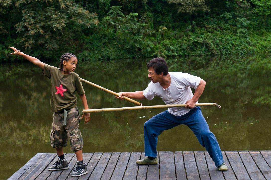Als Dre (Jaden Smith, l.) von seinen neuen Klassenkameraden mal wieder verprügelt wird, eilt ihm der Hausmeister Han (Jackie Chan, r.) zur Hilfe, u... - Bildquelle: 2010 CPT Holdings, Inc. All Rights Reserved.