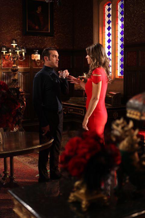 Der Kampf um die Macht im Palast geht weiter: König Cyrus (Jake Maskall, l.) und Helena (Elizabeth Hurley, r.) ... - Bildquelle: 2015 E! Entertainment Media LLC/Lions Gate Television Inc.