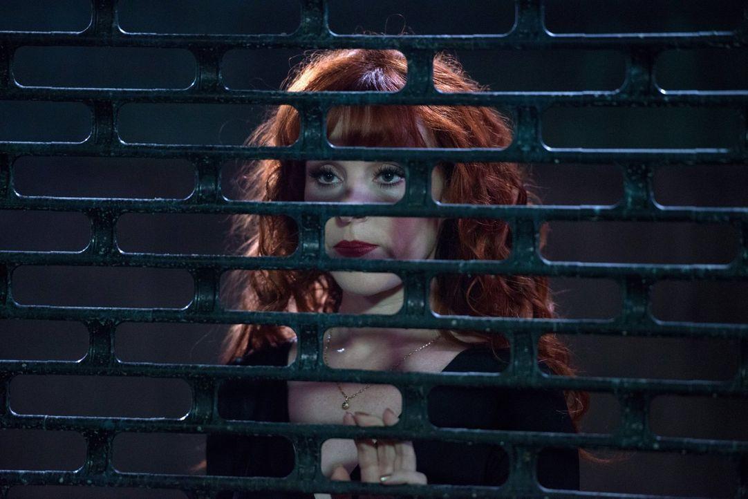 Rowena (Ruth Connell) sammelt ihre Kräfte, um sich gegen die Winchesters schützen zu können und versucht, einen eigenen Coven zu gründen ... - Bildquelle: 2014 Warner Brothers
