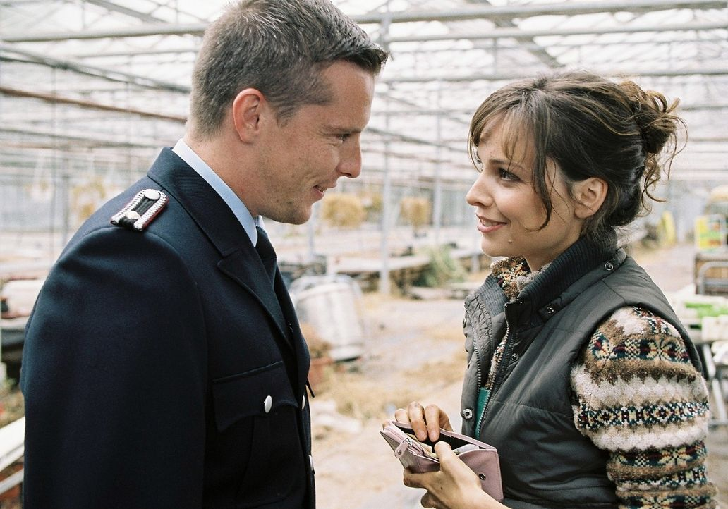 In ihrer Verliebtheit merkt Lilly (Mina Tander, r.) nicht, dass Rico (Florian Panzner, l.) sie nur ausnutzt. - Bildquelle: Sat.1