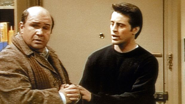 Joey (Matt LeBlanc, r.) versucht, seinem Vater (Robert Costanzo, l.) zu erklä...