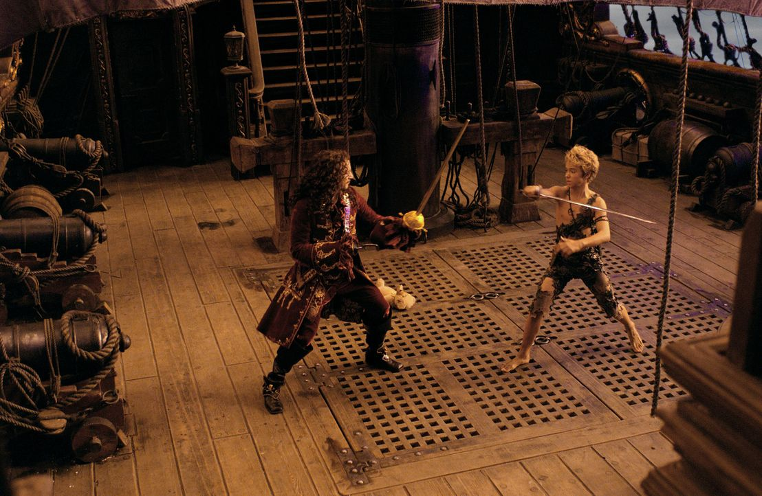 Im Nimmerland lauert die Gefahr: Der finstere Captain Hook (Jason Isaacs, l.) sinnt auf Rache, denn Peter Pan (Jeremy Sumpter, r.) hat ihn vor lange... - Bildquelle: 2004 Sony Pictures Television International. All Rights Reserved.