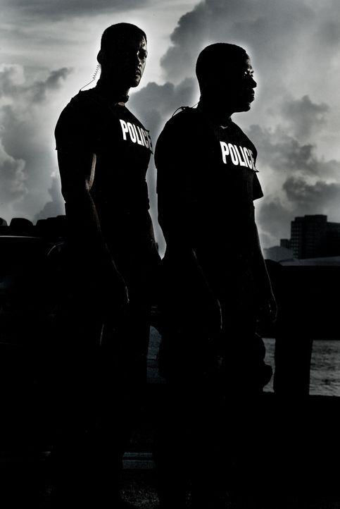 Um Sydney aus den Fänger von Drogenbaron Tapia zu befreien, schrecken Mike Lowry (Will Smith, l.) und Marcus Burnett (Martin Lawrence, r.) vor nich... - Bildquelle: 2004 Sony Pictures Television International. All Rights reserved.