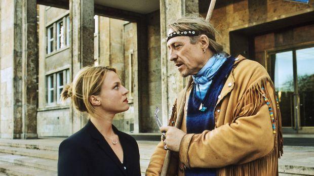 Als eines Tages überraschend ihr Vater (Rainer Schöne, r.) in Frankfurt aufta...