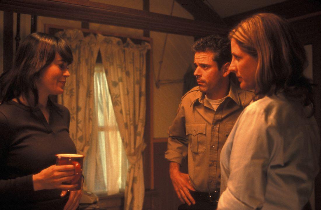 Schon bald erkennen Sheriff Harris (C. Thomas Howell, M.) und die Biologin und Bienenexpertin Riley Muir (Fiona Loewi, l.), dass es sich bei den Ins... - Bildquelle: Regent Entertainment