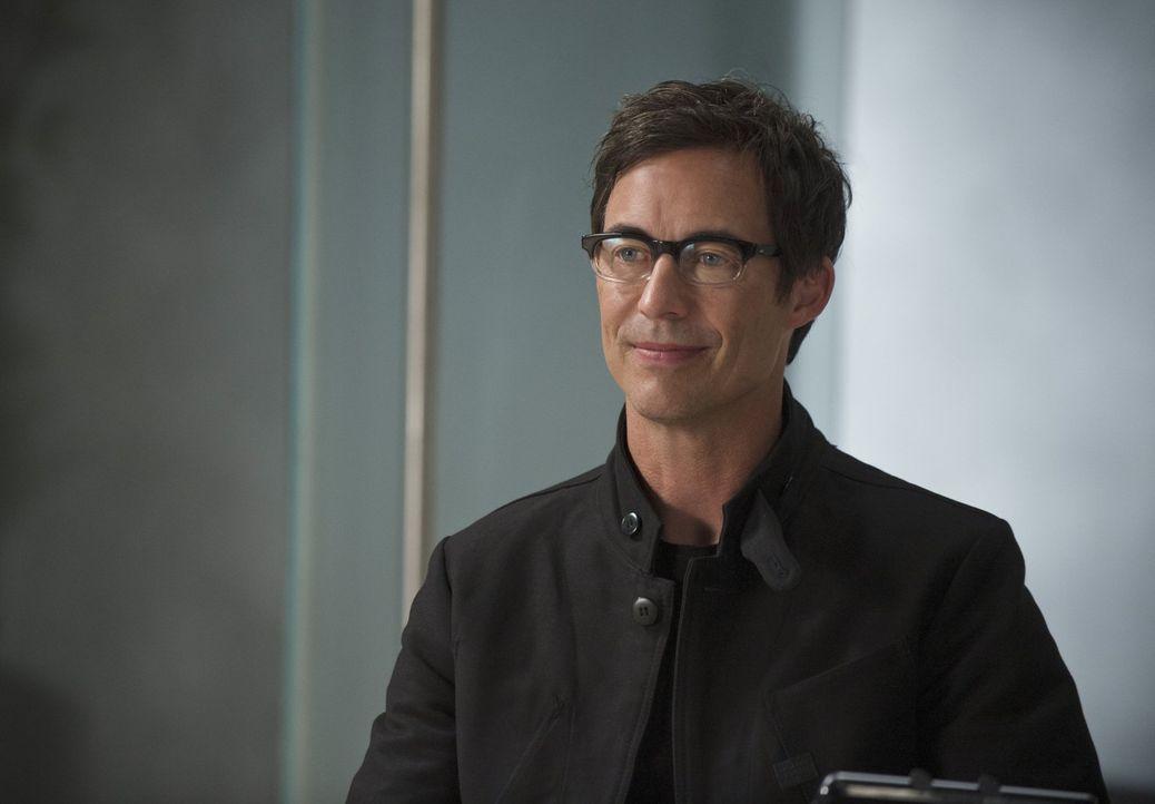 Möchte mit Barrys Hilfe andere genetisch veränderte Menschen finden und außer Gefecht setzen: Harison Wells (Tom Cavanagh) ... - Bildquelle: Warner Brothers.