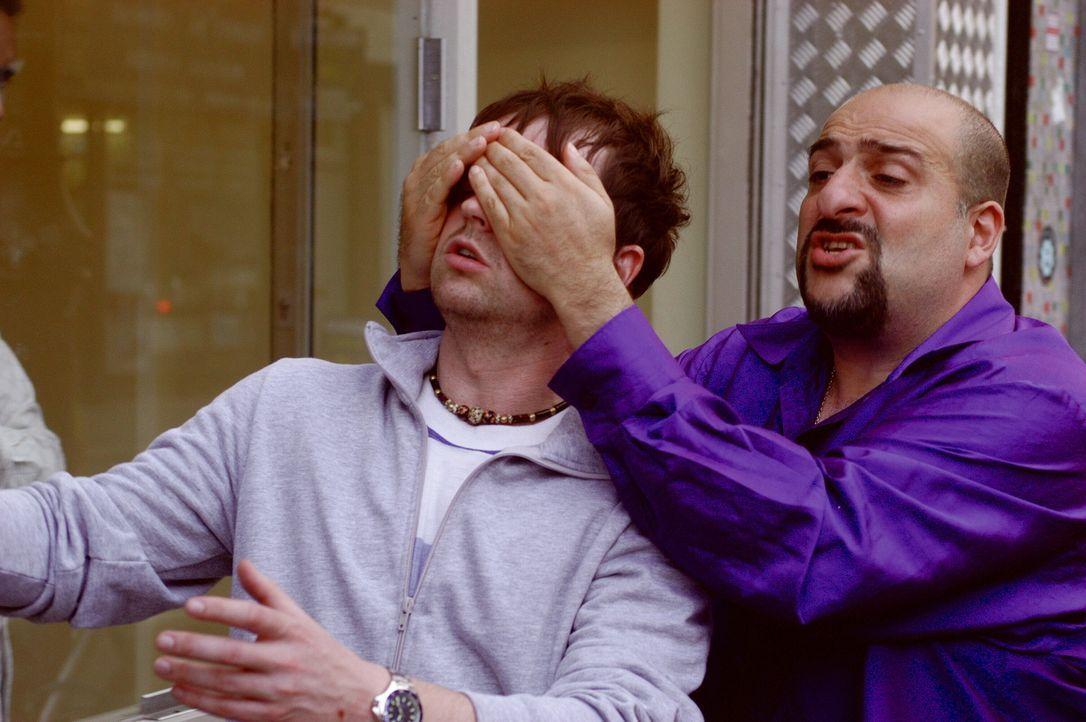 Melik (Omid Djalili, r.) hat eine Überraschung für Ray (Declan Donnelly, l.), die nicht unbedingt gut ankommt ... - Bildquelle: Warner Brothers International