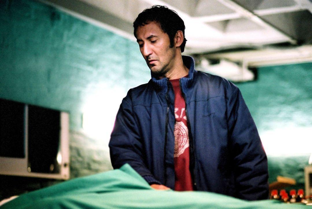 Murat (Ercan Durmaz), der Bruder des Toten Hassan, glaubt fest an einen Mord und ermittelt auf eigene Faust ... - Bildquelle: Oliver Feist Sat.1
