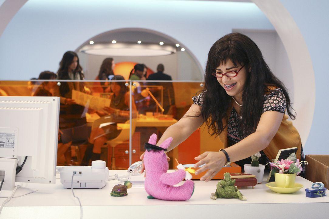 Verschönert ihren Schreibtisch mit einem pinkfarbenen Stoffhase: Betty (America Ferrera) ... - Bildquelle: Buena Vista International Television