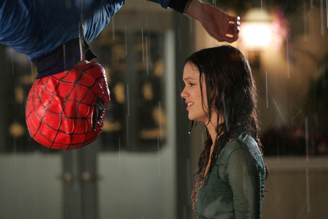 Als Summer (Rachel Bilson, r.) Seth (Adam Brody, l.) besuchen kommt, sieht sie ihn kopfüber von der Decke hängen ... - Bildquelle: Warner Bros. Television