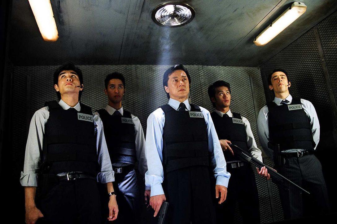 Inspektor Wing (Jackie Chan, M.) ist der beste Cop von Hongkong. Nun aber stößt seine Kunst an ihre Grenzen, und zwar ausgerechnet im Falle einer ju... - Bildquelle: E.M.S.