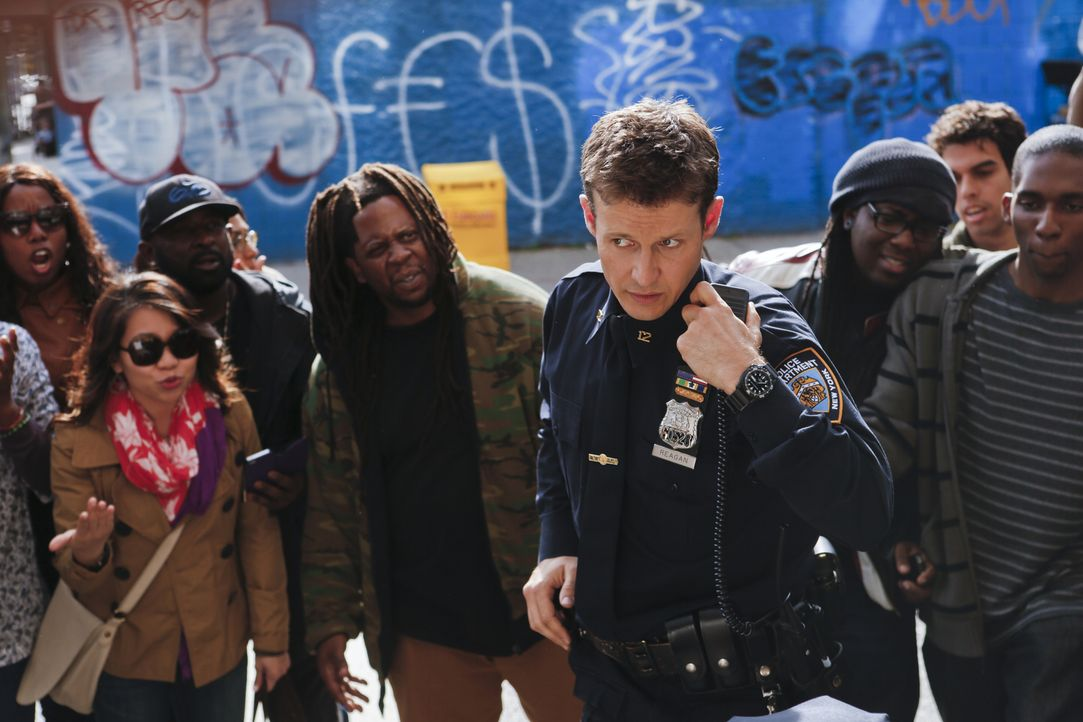 Als ein Cop der exzessiven Gewaltanwendung beschuldigt wird, bringt das Jamie (Will Estes) und das gesamte NYPD in Misskredit ... - Bildquelle: 2013 CBS Broadcasting Inc. All Rights Reserved.