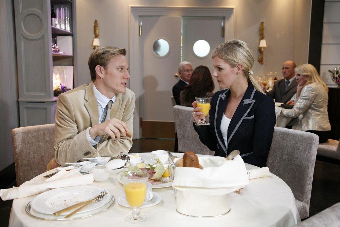 Philip (Philipp Romann, l.) bringt sich geschickt bei Alexandra (Ivonne Schönherr, r.) ins Spiel ... - Bildquelle: SAT.1