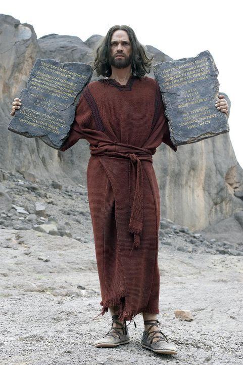 Moses (Dougray Scott) hat von Gott die Gesetzestafeln mit den zehn Geboten erhalten, die das Verhältnis zwischen den Menschen und Gott und den Mens... - Bildquelle: Hallmark Entertainment