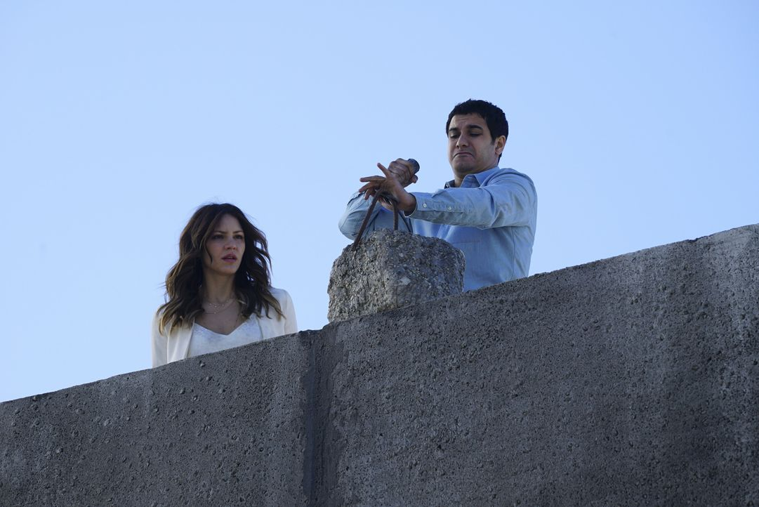 Toby muss über ein ehemaliges Mitglied von Scorpion aussagen, während Paige (Katharine McPhee, l.) und Walter (Elyes Gabel, r.) mal wieder den Stand... - Bildquelle: Richard Cartwright 2016 CBS Broadcasting, Inc. All Rights Reserved.