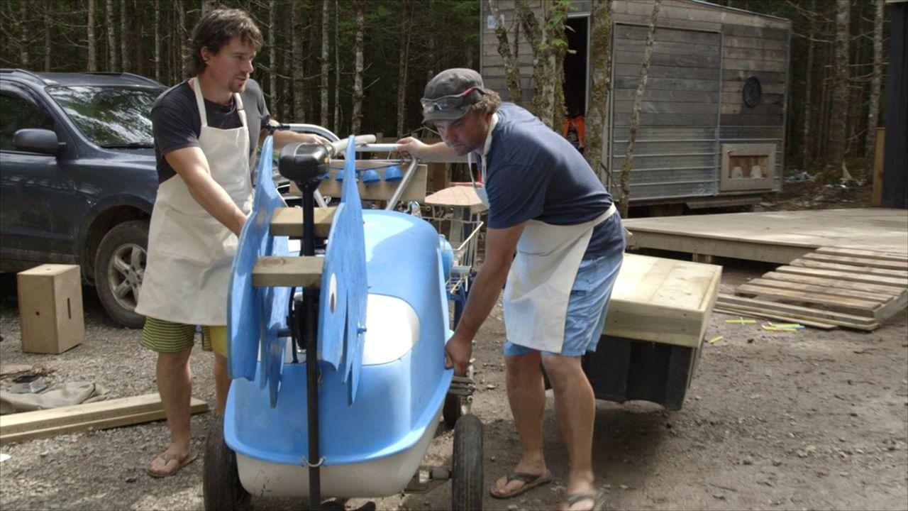 Um den Sommer in vollen Zügen auf den See genießen zu können, bauen Andrew (l.) und Kevin (r.) einen schwimmenden Eiswagen ... - Bildquelle: Brojects Ontario Ltd./Brojects NS Ltd