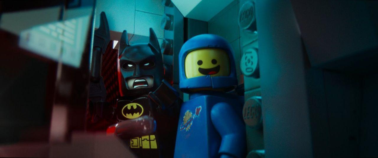 Batman (l.) und Weltraumfahrer Benny (r.) nehmen den Kampf gegen den bösen Lord Business auf, damit alle Bewohner der Stadt bauen dürfen, was immer... - Bildquelle: 2014 Warner Brothers