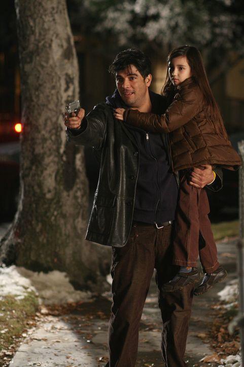 Carlos (Jsu Garcia, l.) hat seine eigene Tochter Sofie (Ashlyn Sanchez, r.) entführt, da er mit der Mutter um das Sorgerecht streitet ... - Bildquelle: Warner Bros. Entertainment Inc.