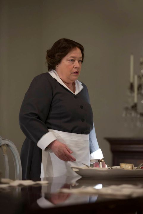Für Madame Delphine LaLaurie (Kathy Bates) bricht eine Welt zusammen, aber das ist nicht das einzige, wogegen sie kämpfen muss ... - Bildquelle: 2013-2014 Fox and its related entities. All rights reserved.