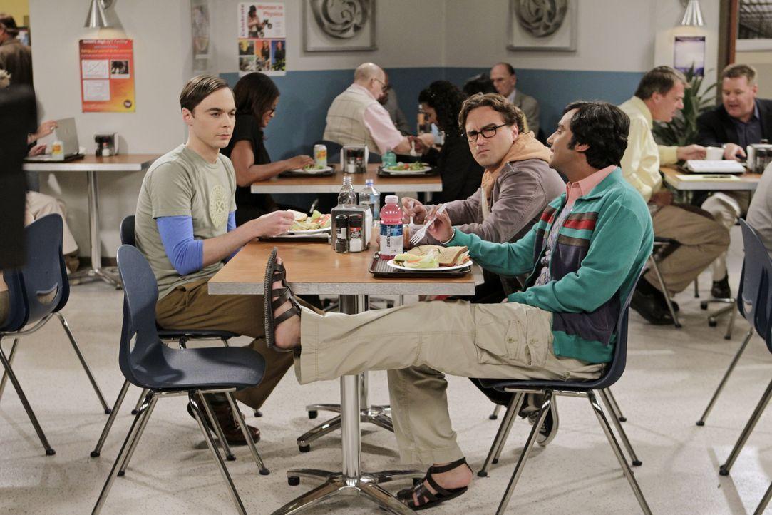 Während Howard nicht mal im Weltraum seiner Mutter entkommen kann, haben seine Freunde Sheldon (Jim Parsons, l.), Leonard (Johnny Galecki, M.) und R... - Bildquelle: Warner Bros. Television