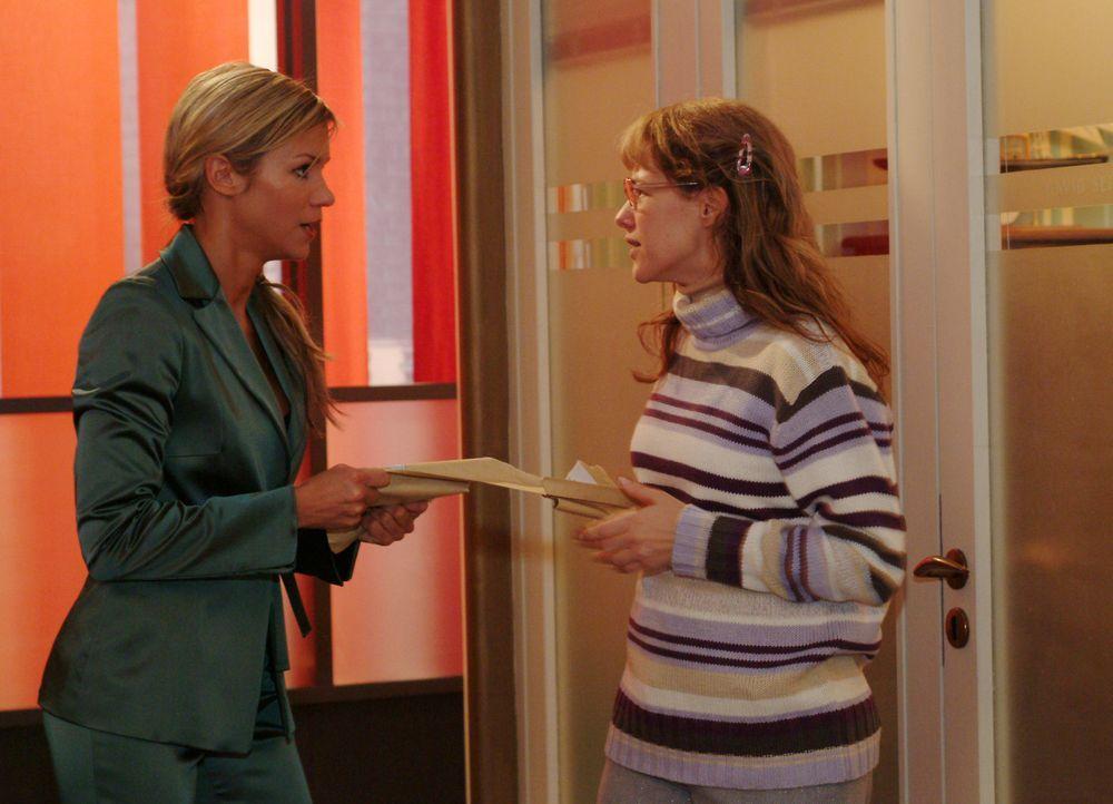Lisa (Alexandra Neldel, r.) fordert von Sabrina (Nina-Friederike Gnädig, l.) die Post für David zurück und versucht ihr klar zu machen, dass sie... - Bildquelle: Sat.1
