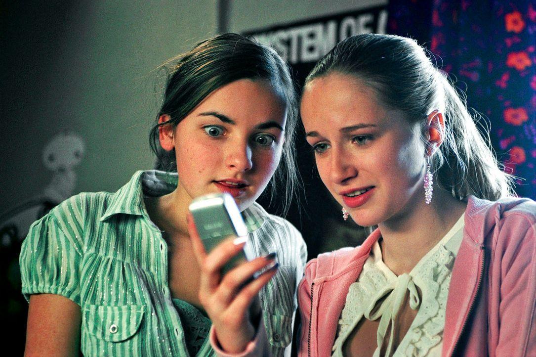 Versehentlich schicken Toni (Paula Schramm, l.) und ihre Freundin Clara (Pia Micaela Barucki, r.) eine unmissverständliche SMS an Fabian. - Bildquelle: Hardy Spitz Sat.1