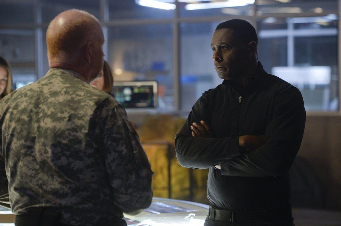 Noch haben General Sam Lane (Glenn Morshower, l.) und Hank Henshaw (David Harewood, r.) die Situation um die Karas Tante Astra unter Kontrolle, doch... - Bildquelle: 2015 Warner Bros. Entertainment, Inc.