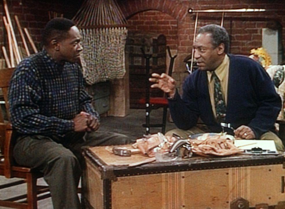 Cliff (Bill Cosby, r.) versucht, von Dabnis (William Thomas Jr., l.) zu erfahren, warum sich seine Tochter Vanessa von ihm getrennt hat. - Bildquelle: Viacom