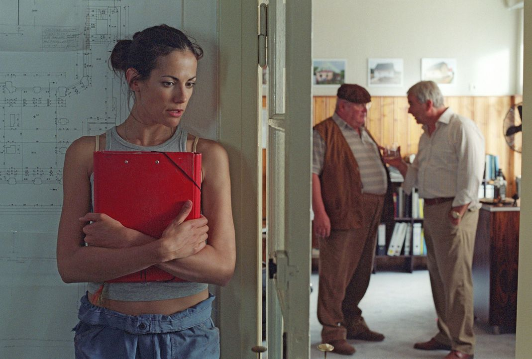 Heimlich sucht Johanna (Bettina Zimmermann, l.) im Büro von David Lindberg (Walter Kreye, r.) nach Spuren und belauscht ein Gespräch zwischen dem... - Bildquelle: Stefan Erhard Sat.1
