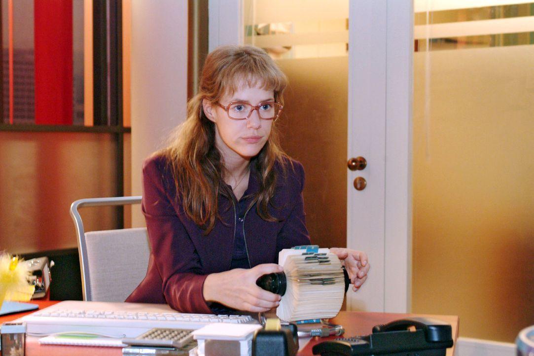 Lisa (Alexandra Neldel) ist nervös. Soll sie Blum anrufen und sich mit ihm verabreden oder nicht? Schließlich hat sie sich mit David bestens auf das... - Bildquelle: Monika Schürle Sat.1