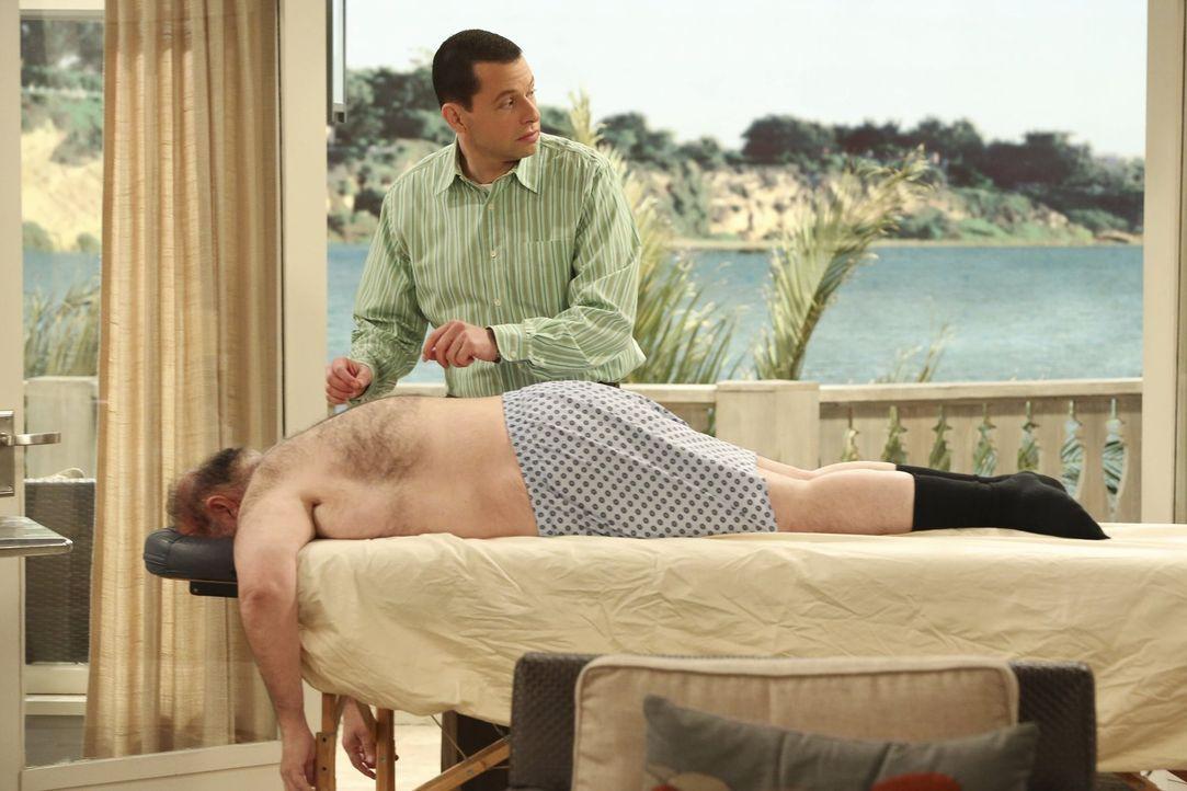 Alan (Jon Cryer, oben) macht seine chiropraktische Praxis in Waldens Wohnzimmer auf  - natürlich, ohne mit ihm darüber zu sprechen. Ihm bleibt nicht... - Bildquelle: Warner Brothers Entertainment Inc.