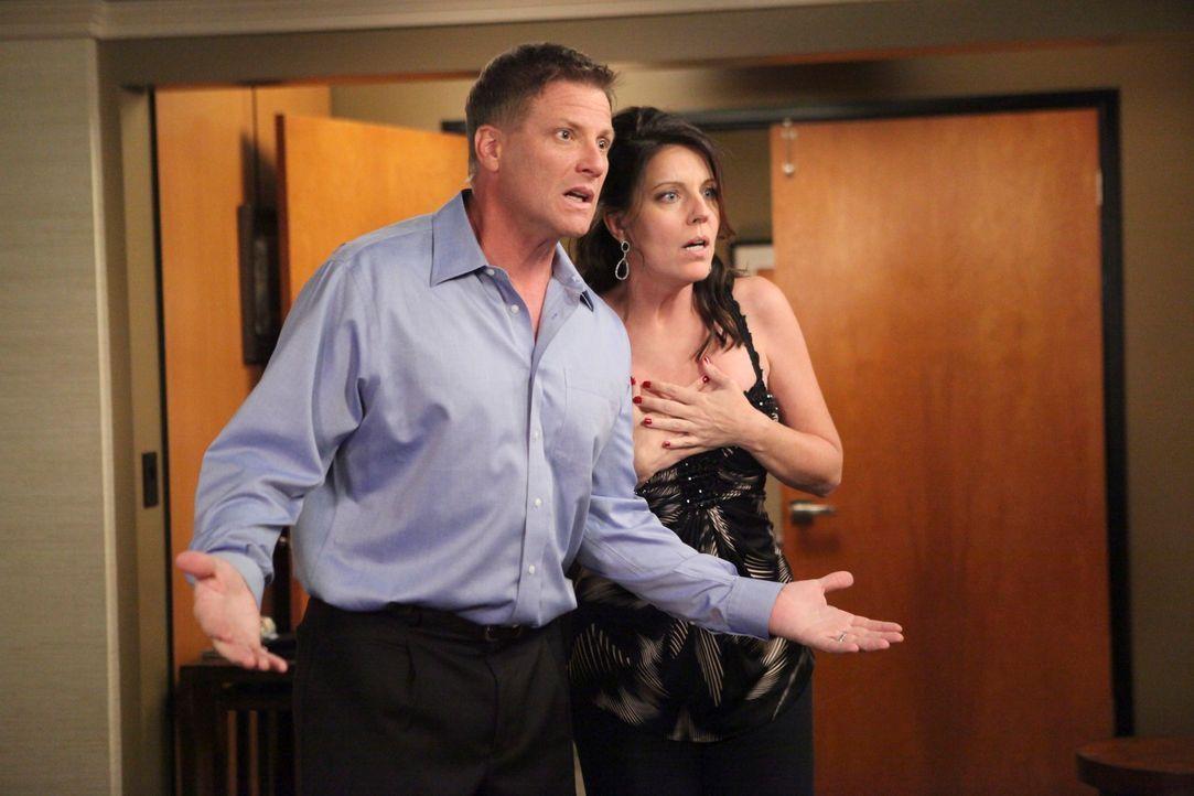 Sind geschockt, als plötzlich Lynette ihre Zweisamkeit stört: Tom (Doug Savant, l.) und Jane (Andrea Parker, r.) ... - Bildquelle: ABC Studios