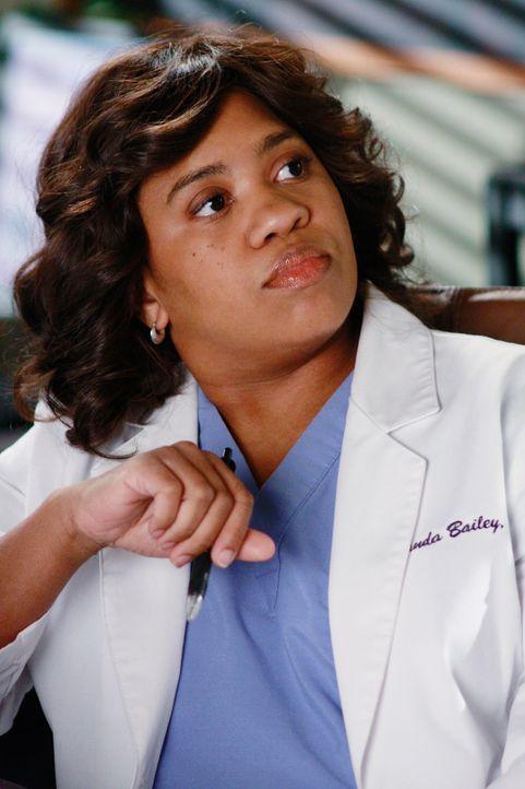Während Cristina die Fähigkeiten einer angesehenen Chirurgin in Frage stellt, ist Bailey (Chandra Wilson) über Webbers nicht sehr positives Empfe... - Bildquelle: Touchstone Television