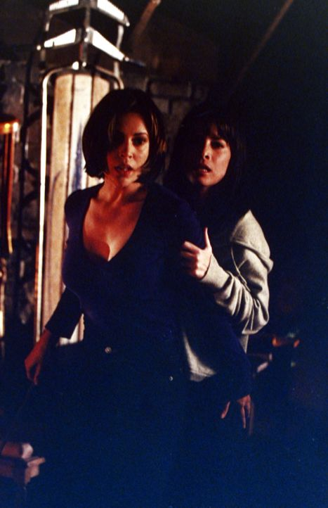Als Prue, Phoebe (Alyssa Milano, l.) und Piper (Holly Marie Combs, r.)  merken, dass Aviva von der bösen Hexe Kali geschickt wurde, um ihnen ihre F... - Bildquelle: Paramount Pictures