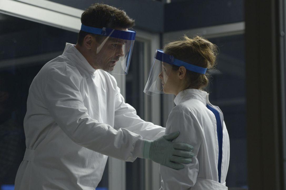 Erkennt Alan (Billy Campbell, l.) endlich, dass Sarah (Jordan Hayes, r.) ihm die ganze Zeit etwas verschweigt? - Bildquelle: 2014 Sony Pictures Television Inc. All Rights Reserved.