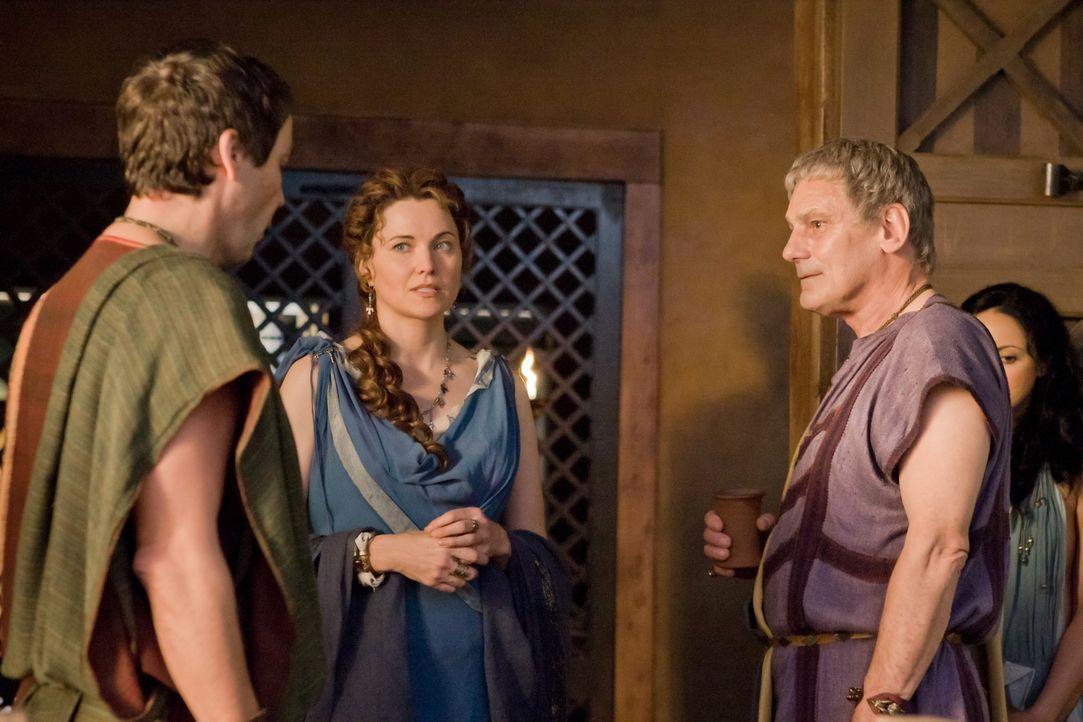 Die Rückkehr von Titus Batiatus (Jeffrey Thomas, 2.v.r.) in seinen Ludus, wird von Quintus Batiatus (John Hannah, l.) und seiner Frau Lucretia (Luc... - Bildquelle: 2010 Starz Entertainment, LLC