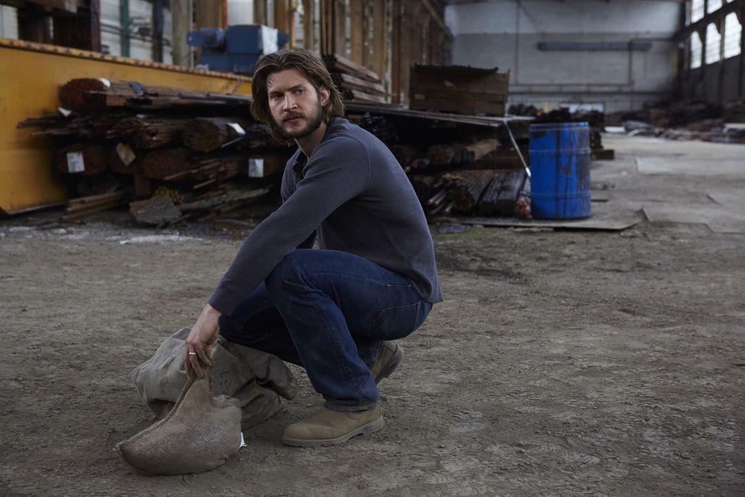 Wie lange kann Aleister den anderen vorspielen, dass er Clay (Greyston Holt) ist? - Bildquelle: 2015 She-Wolf Season 2 Productions Inc.