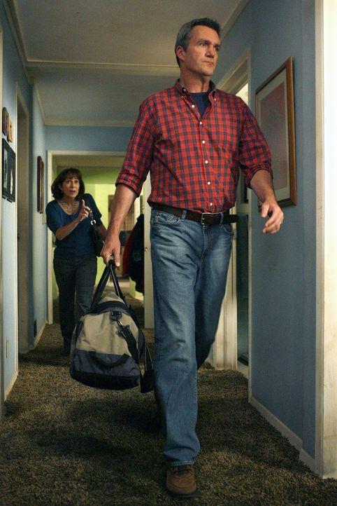 Frankie (Patricia Heaton, l.) und Mike (Neil Flynn, r.) planen ihr jährliches romantisches Date, ohne Kinder. Doch dies scheint wegen Problemen der... - Bildquelle: Warner Brothers
