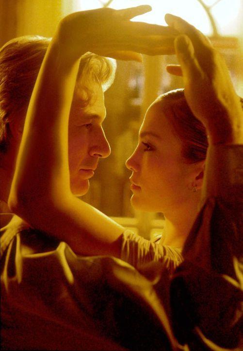 Beim Tangotanz knistert es gewaltig zwischen John (Richard Gere, l.) und Paulina (Jennifer Lopez, r.) ... - Bildquelle: Buena Vista International Television