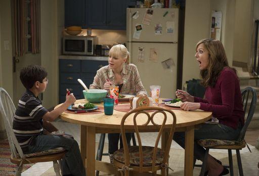 Mom - Beim gemeinsamen Abendessen mit Roscoe (Blake Garrett, l.) ahnt Christy...