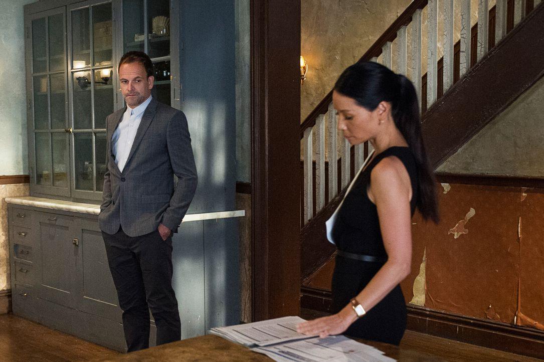 Sherlock (Jonny Lee Miller, l.) und Watson (Lucy Liu, r.) haben eine neue Klientin, deren Sexvideo im Internet aufgetaucht ist. Ihr Partner ist vers... - Bildquelle: Jeff Neira Jeff Neira/CBS   2017 CBS Broadcasting Inc. All Rights Reserved.