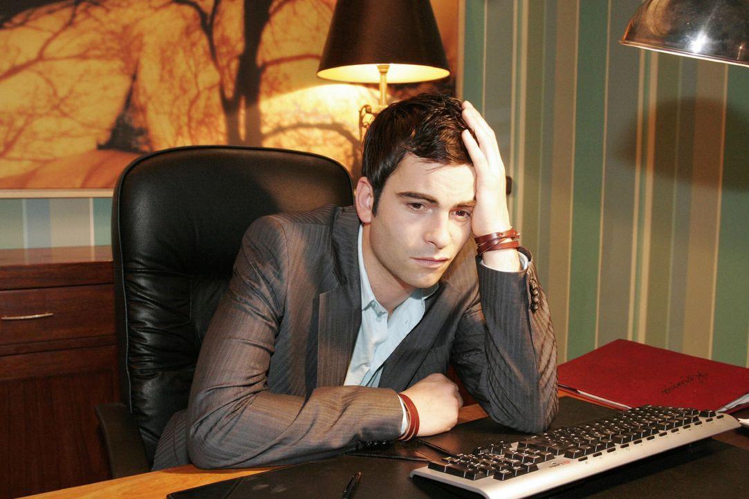 Traurig sitzt David (Mathis Künzler) an seinem Schreibtisch - in Gedanken ganz bei Lisa... - Bildquelle: Noreen Flynn Sat.1