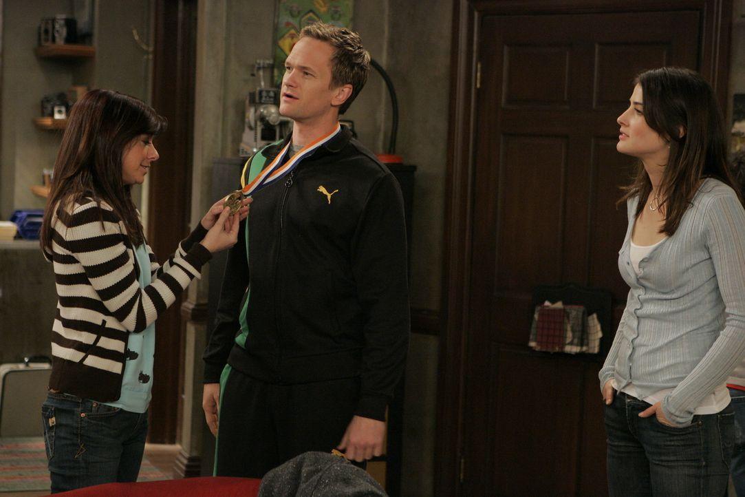 Lily (Alyson Hannigan, l.) und Robin (Cobie Smulders, r.) sind von Barneys (Neil Patrick Harris, M.) Leistung beeindruckt ... - Bildquelle: 20th Century Fox International Television