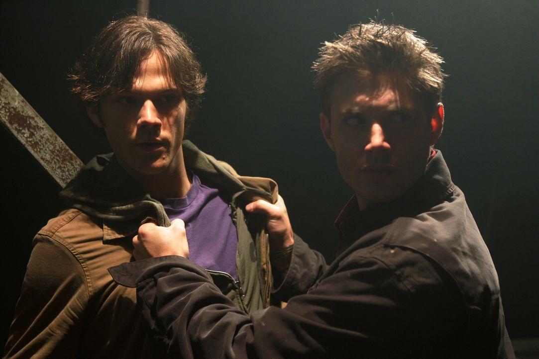Die zwei Brüder Dean (Jensen Ackles, r.) und Sam (Jared Padalecki, l.) Winchester müssen in jungen Jahren mit ansehen, wie ihre Mutter auf mysteriös... - Bildquelle: Warner Bros. Television
