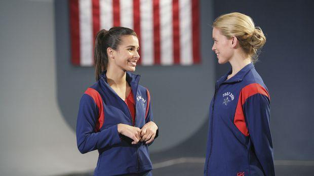 Courtney (Allison Caetano, r.) und Kaylie Cruz (Josie Loren, l.) schmieden Pl...