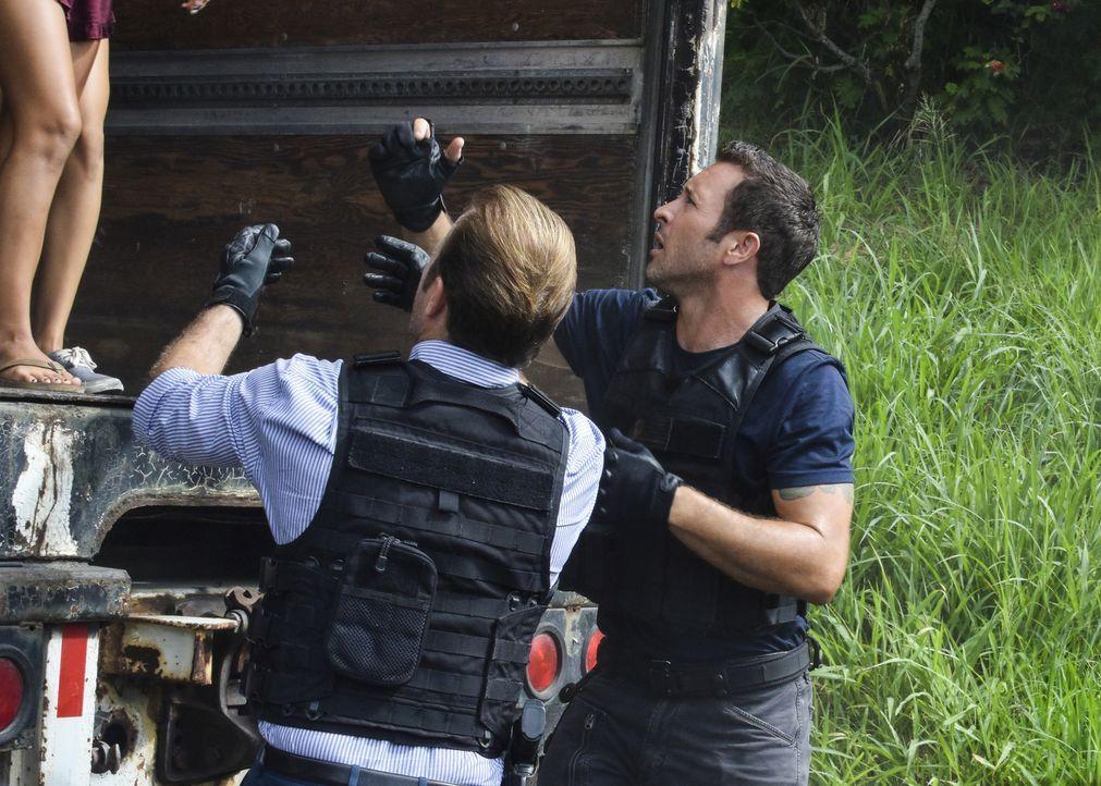 Steve (Alex O'Loughlin, r.) und Danny (Scott Caan, l.) retten junge Mädchen aus den Fängen eines Menschenhändlerrings. Doch können sie die Verantwor... - Bildquelle: Norman Shapiro 2017 CBS Broadcasting, Inc. All Rights Reserved