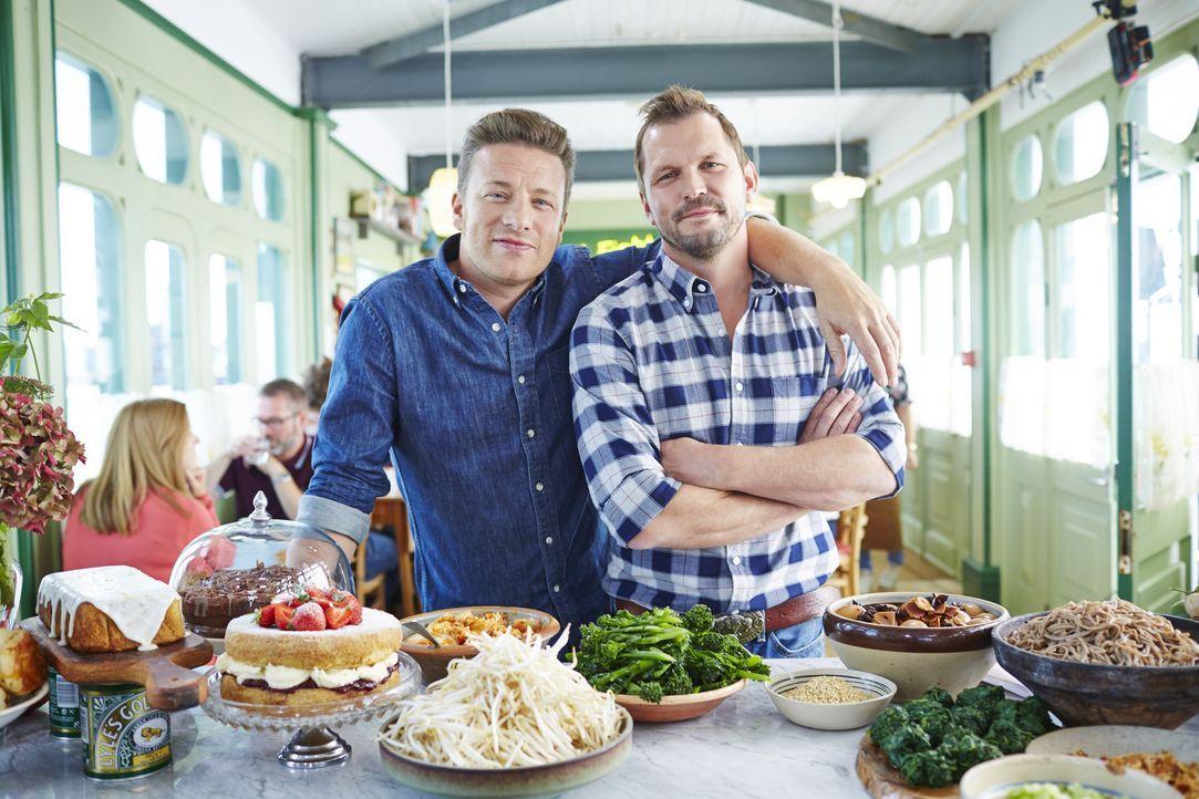 (4. Staffel) - Auf Jamie Oliver (l.) und Jimmy Doherty (r.) warten einige spektakuläre Gäste, die alle in ihrem Café ihre Kochkünste zum Besten gebe...
